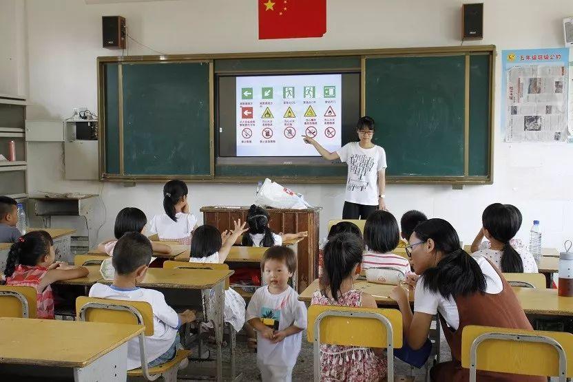 主教刘正凤教同学们学会了字母简笔画,培养了学生的创新思维.