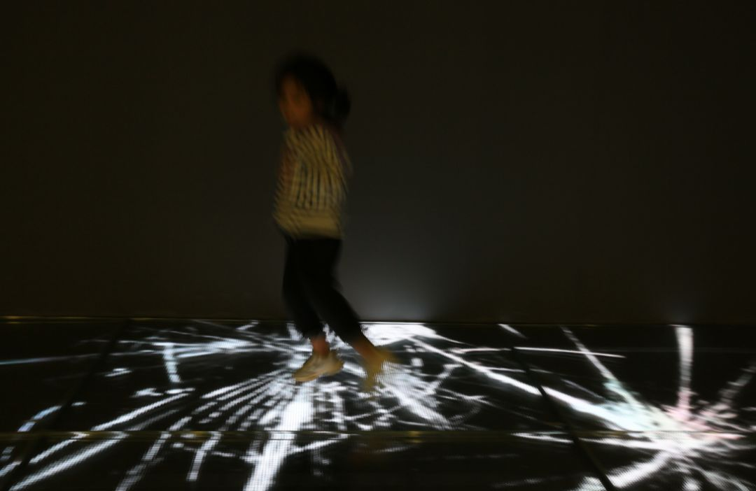 人体艺术之美乳_玻璃艺术馆利用光敏玻璃的感应技术