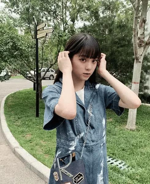 """还在尝试剪空气刘海,看到欧阳娜娜的""""油刘海"""",网友:果然上镜图片"""