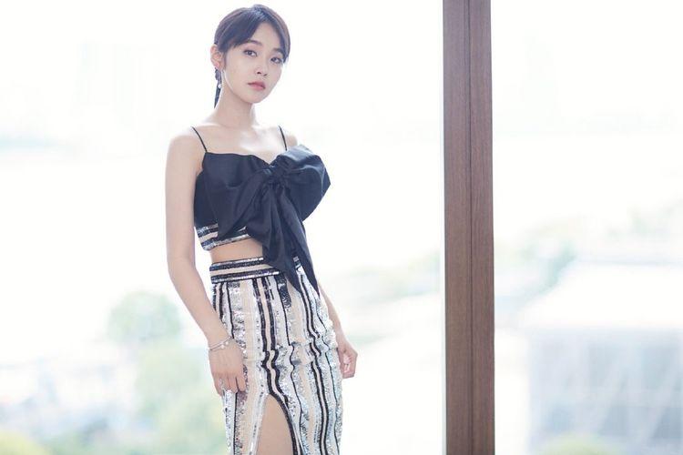 30岁的张佳宁越来越气质,一袭大红花朵图案长裙,造型青春又减龄