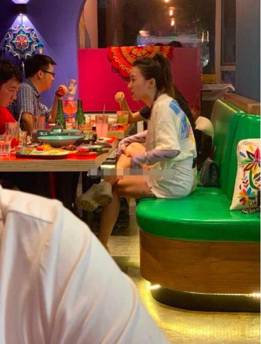 毕滢风波后首现身,跷二郎腿与男性吃饭,网友:没气质