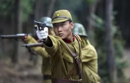 她是日本女护士,曾经救了民国上将,之后生下一个人人皆知的女儿