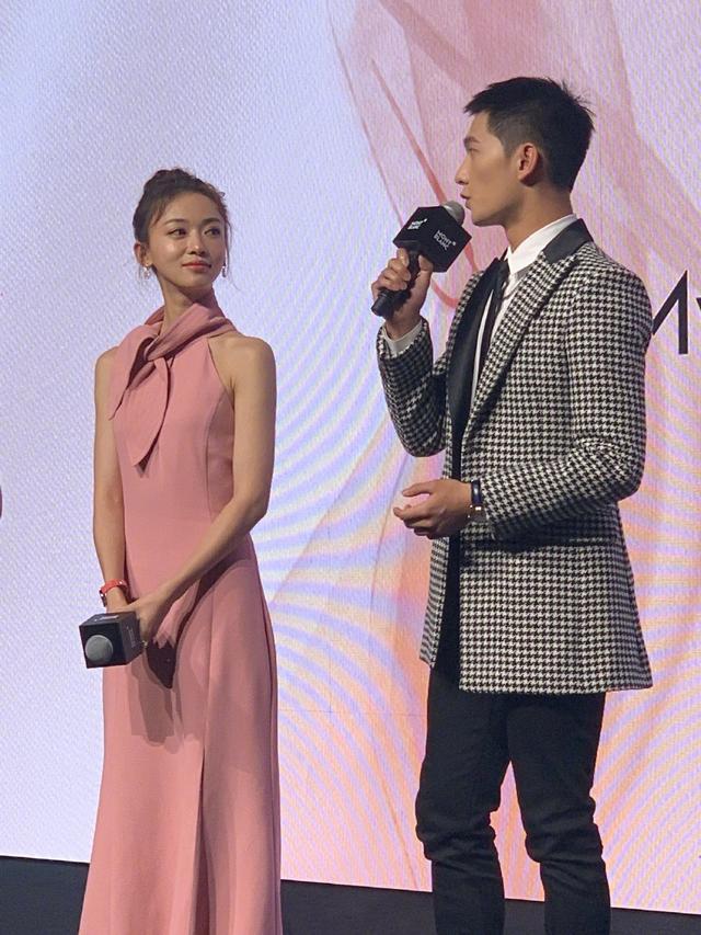 吴谨言太瘦了,紧身裙穿着很宽松,跟秦岚的身材差距大!