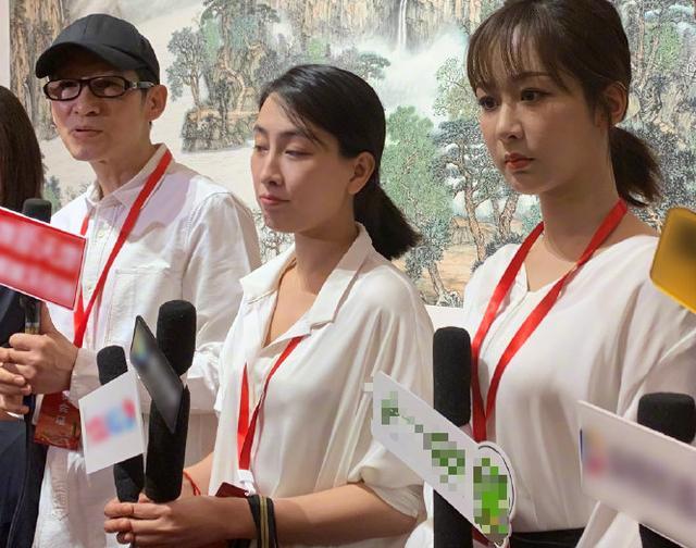 杨紫采访中为马苏举话筒,却面无表情眼神放空,网友:不情