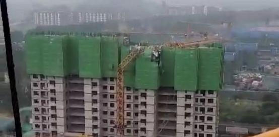 突发!河南郑州一在建工地发生塔吊倒塌事故
