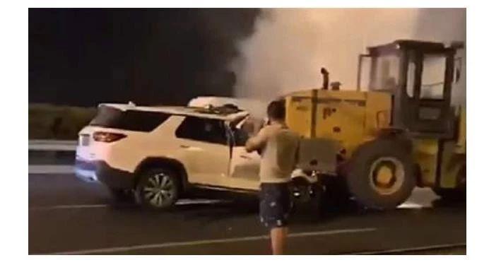 <b>铲车司机事故后只报警不救人:从浓烟到明火,司机依然无动于衷</b>