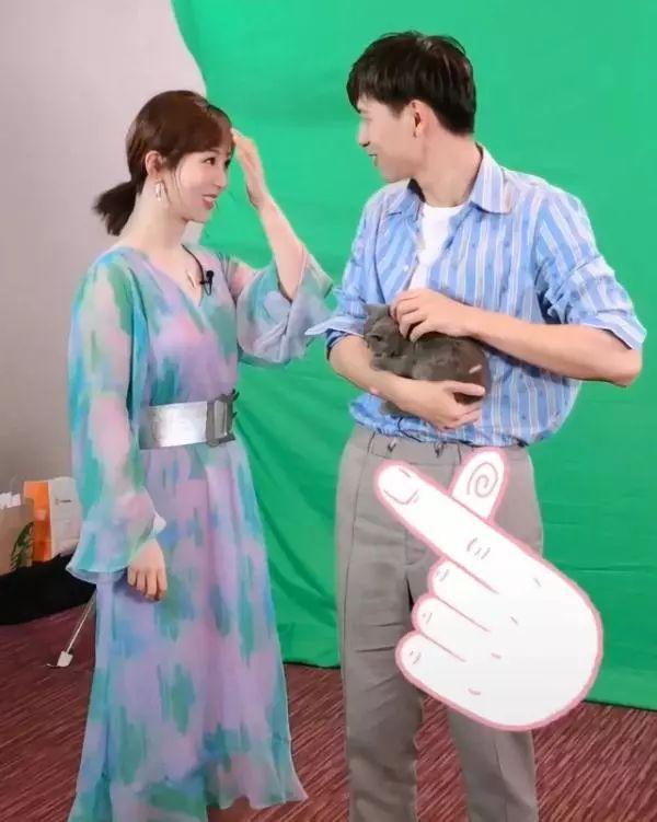 杨紫穿长裙遮不住水桶腰,跟李现现场互动,隔着屏幕都觉得甜!