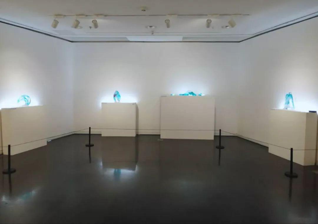 人体艺术之美乳_这组作品形式上结合自然意象与人体结构的元素,用玻璃材料将以上抽象