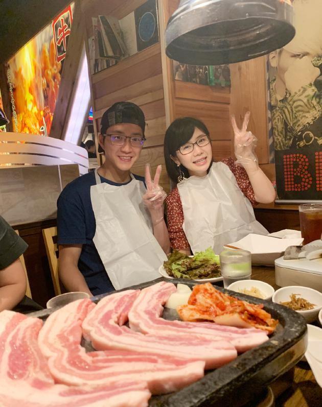 福原爱和老公吃炸鸡,江宏杰表情亮了,享受二人快乐时光