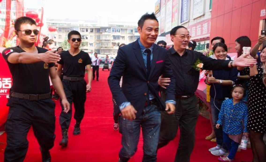 bbin官网多少任达华商演被袭击受伤英皇娱乐发布华哥完成手术照片华哥与医生谈笑风生!