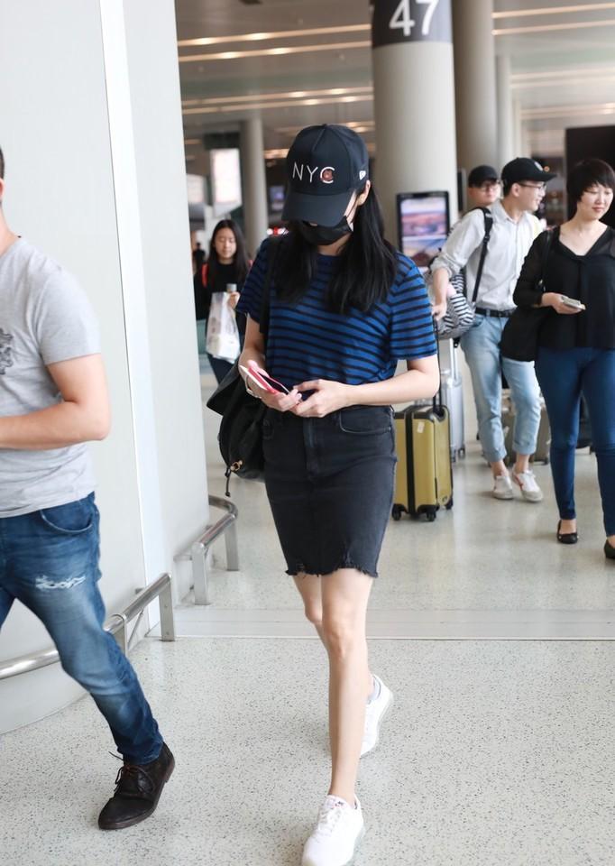 姚晨和老公现身机场,一身少女打扮,尽显俏皮