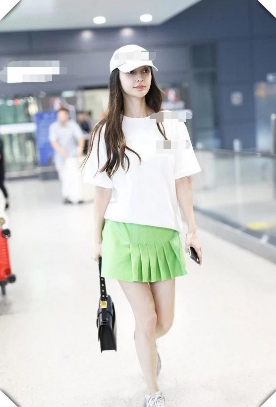 杨颖风波后现机场,一身穿搭似妙龄少女,可惜朝天鼻孔太抢镜!
