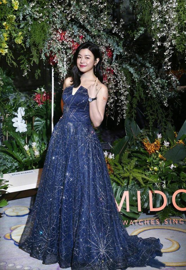 陈妍希穿蓝色星空裙亮相活动,仙气迷人 不过怎么胖了