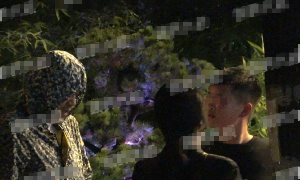 影帝廖凡和娇妻罕同框,一改以往严肃正经,二人街头热吻不顾旁人 作者: 来源:会火