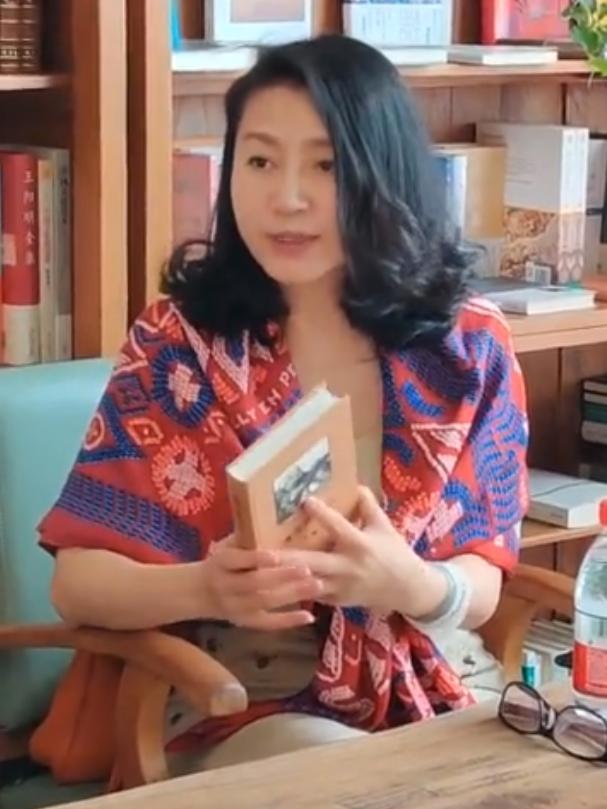 央视主持人王小丫,51岁还很漂亮又有气质,打扮的像个老年人!