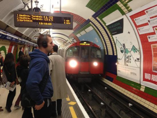 英国地铁明年开通4G,终于跟上时代,乘客不再掏出报纸慢慢看?