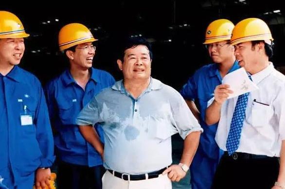 真正的中国企业家:他靠玻璃生意赚来140亿身家,32年捐款超百亿