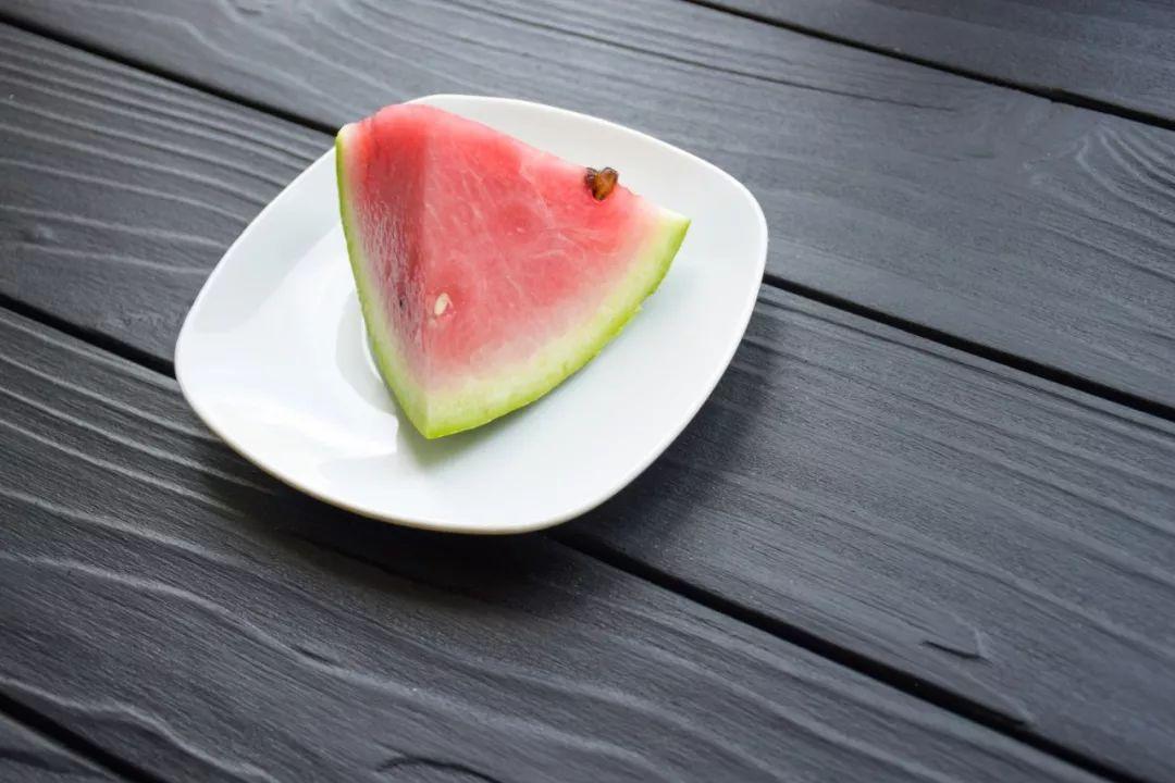 西瓜包保鲜膜细菌增10倍?那吃不完的西瓜该怎么办
