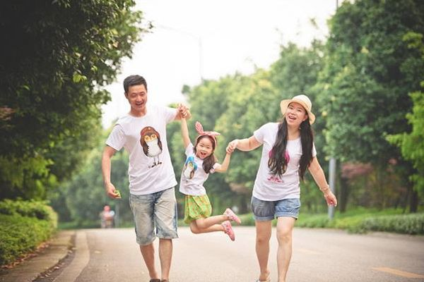 我看爸爸妈妈做恩爱_那些经常看父母秀恩爱的孩子,后来都变成什么样了?_举动