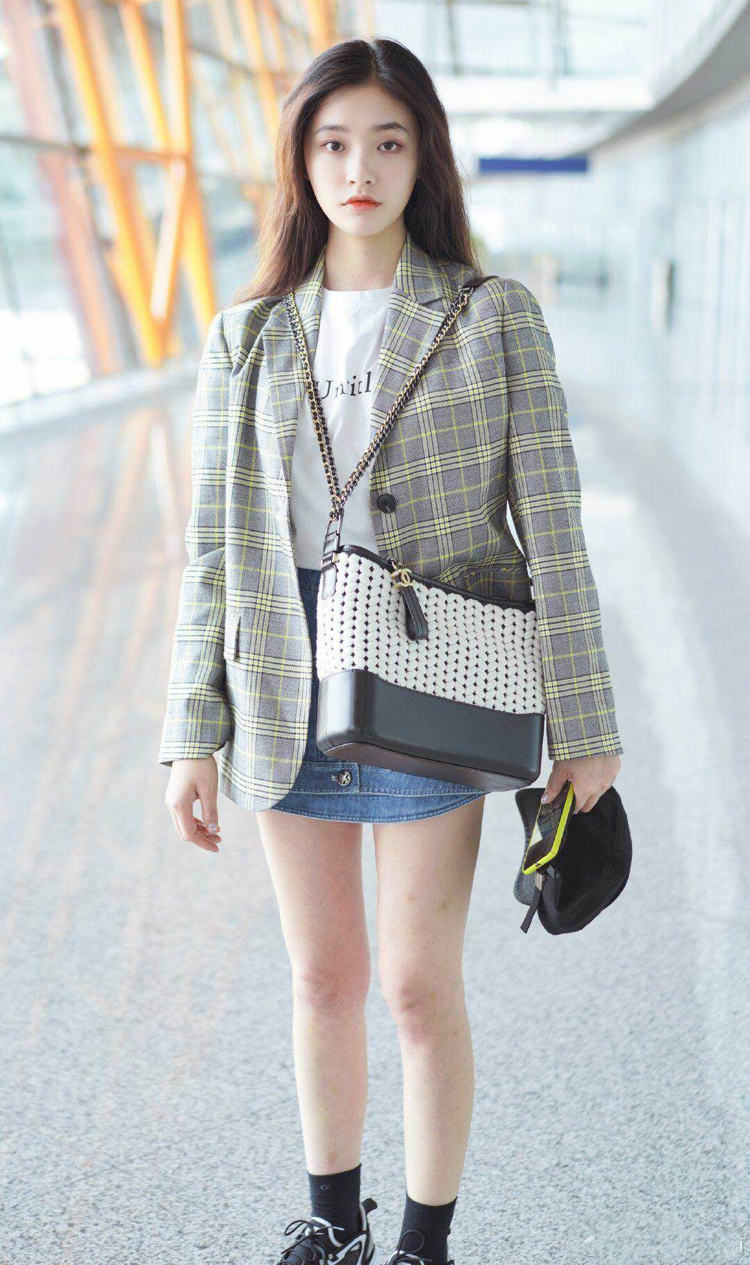林允亮相机场,绑根皮带在腿上又潮又吸睛,这时尚你pick到了吗?