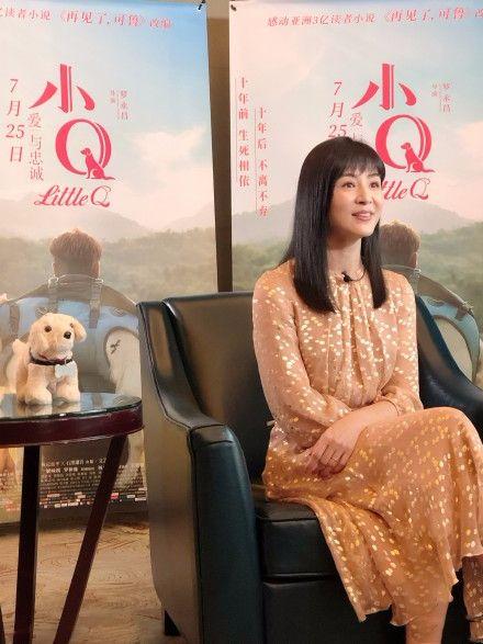 杨采妮挺会扮嫩的,梁咏琪在她面前,像个大妈气质很一般!
