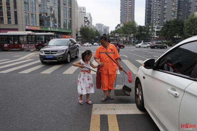 烈日下 7岁小姑娘帮环卫工外婆扫地:每年暑假都来