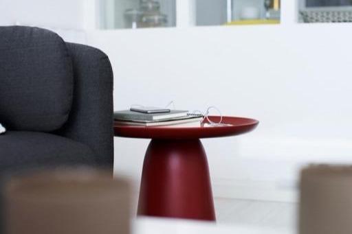美女丝袜撸撸色_桌子是采用的红色边桌,用来平衡中性色,也让客厅更亮.