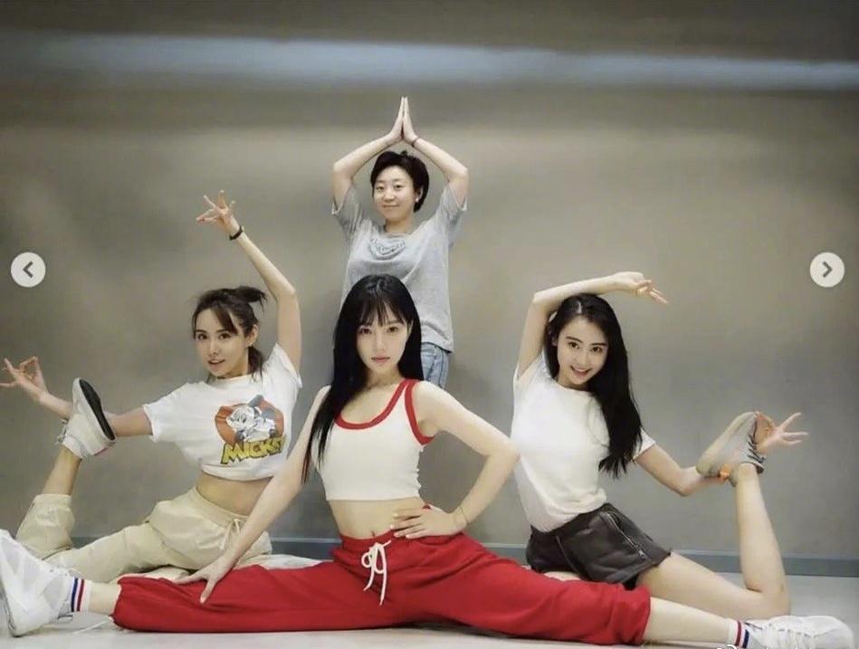 李小璐短背心配运动裤练舞太像泫雅,秀一字马小蛮腰减龄似少女