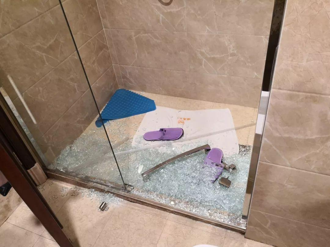 <b>受到惊吓!女子入住呼和浩特一酒店,刚洗完澡玻璃门碎了……</b>