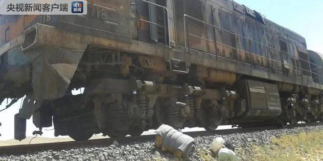 叙利亚霍姆斯省一货运列车遇袭脱轨并起火