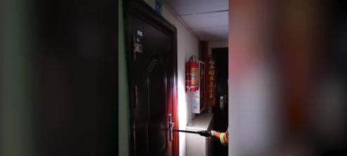 """""""119吗我是110""""毒贩闭门拒捕,民警求助消防:帮忙开个门"""