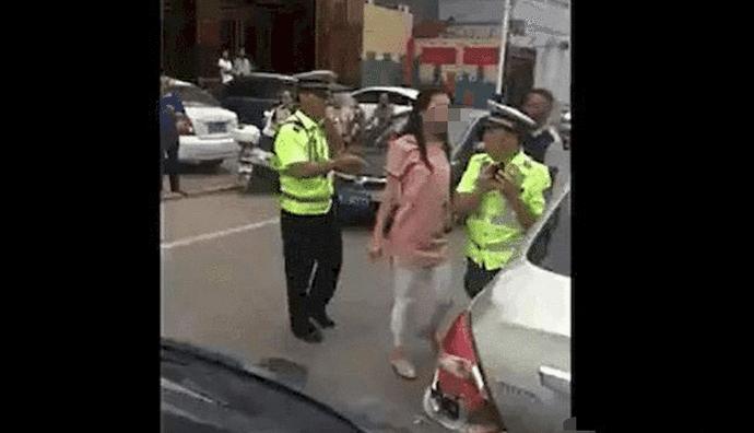23岁女司机被扣, 当街强吻交警, 网友: 放开他, 冲我来