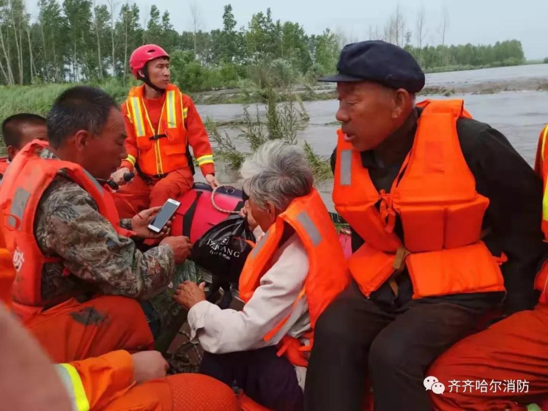 齐齐哈尔市强降雨发生内涝 消防员成功救出被困人员89名,疏散群众143名