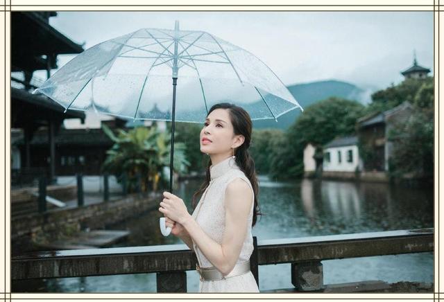 """当李若彤和刘亦菲同晒撑伞照,两代""""小龙女""""大PK,气质你站谁?"""