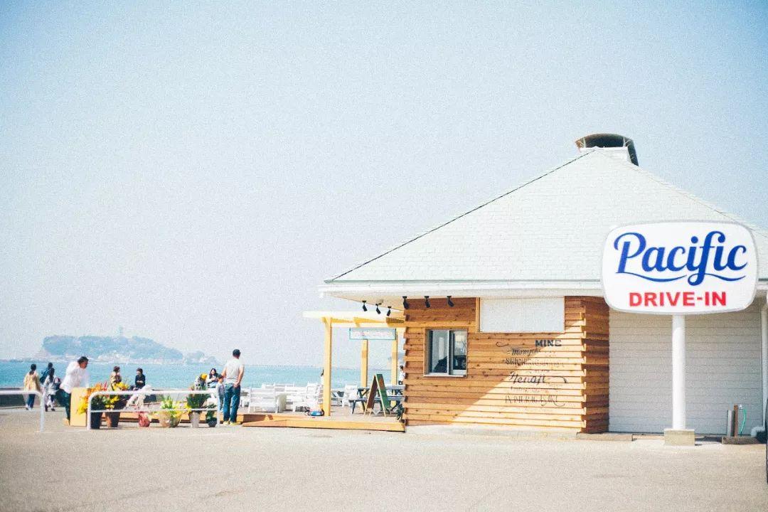 坐车到七里ヶ浜站,走上几步就能找到一家名为pacific drive-in的海边