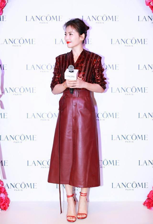 国民媳妇刘涛一身蓝色装扮散发独有气质,红紫色短发显得气场十足_造型