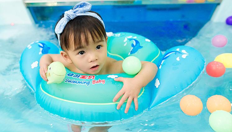 水育师指导婴儿游泳的正确步骤!来看看你合格吗? 家长眼中水育师标准 婴儿游泳操作流程 婴儿游泳的正确步骤