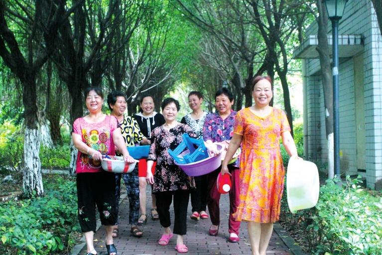 """重庆""""好婶婶洗衣队""""为70岁以上空巢残疾老人洗过千余件衣物。"""