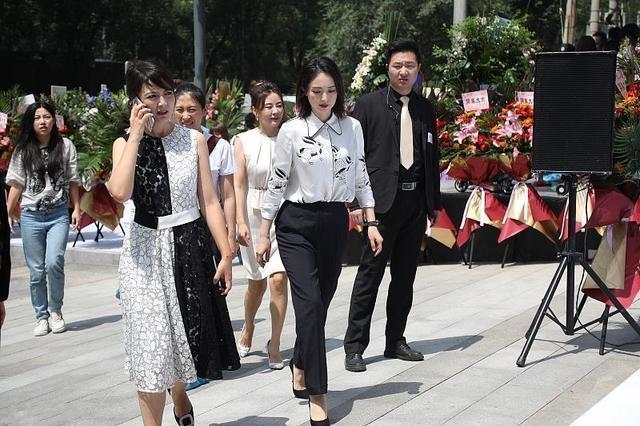 董璇离婚后首现身,曾自称为小女人,现一身干练造型变成女强人!
