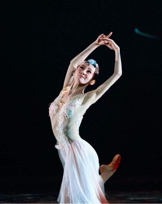 小8记得,之前她上《舞林争霸》节目,杨丽萍老师就非常喜欢她,毫不掩饰地称赞她是完美的舞者,没有任何瑕疵。能得到杨丽萍老师如此高的赞扬,对于舞者来讲,这应该是莫大的殊荣了吧~