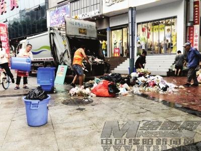 公园路步行街垃圾转运点 污水四溢