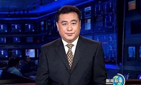 前央视主播张宏民近照,与女粉丝亲密比心合影,58岁仍孤身一人