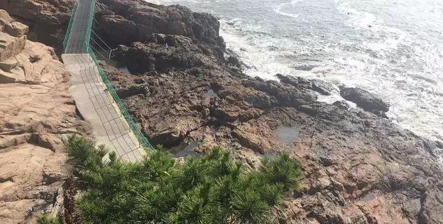 去海边要注意!两名女孩在景区栈道被海浪卷走,一人遇难一人失踪