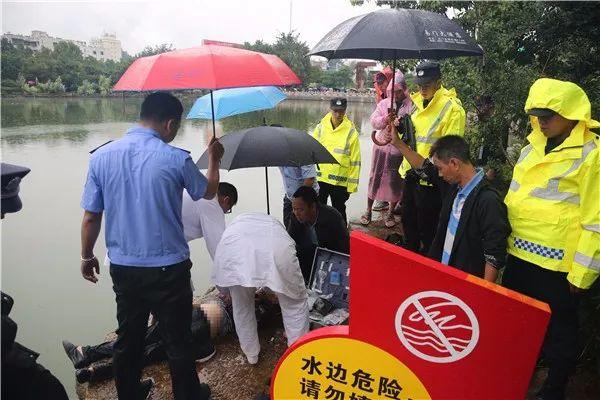 【警民之间】七旬老人落水昏迷 警方及时求助脱险
