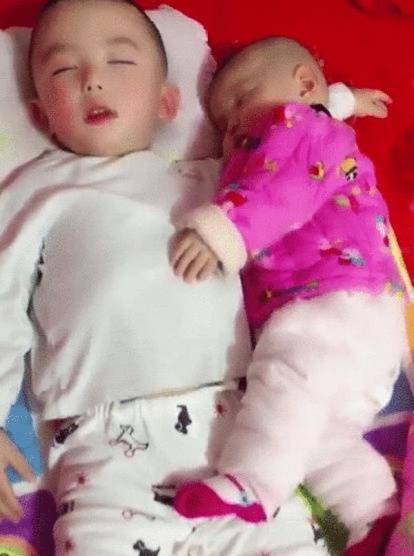 """""""最暖的哥哥""""火了,4岁哥哥哄妹妹睡觉,掀开被子后睡姿太暖心"""