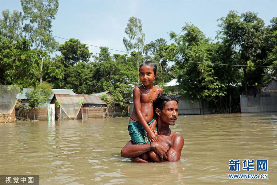 孟加拉国遭洪水侵袭 灾民领取救援物资