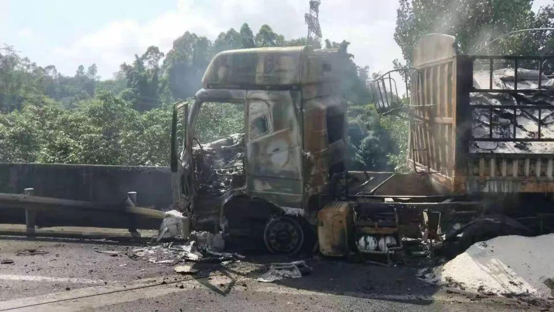 g85银昆高速宜宾城区附近一货车碰撞护栏起火 无人伤亡