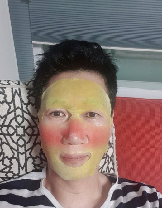 RM王鼻子叔池锡辰晒面膜照 独特设计自带醉酒特效引人发笑