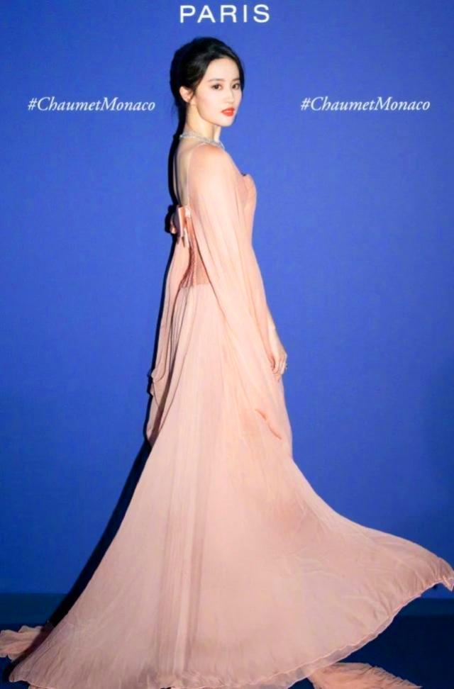刘亦菲现身国外活动,一身淡橘色裙子超美,就像童话里的公主