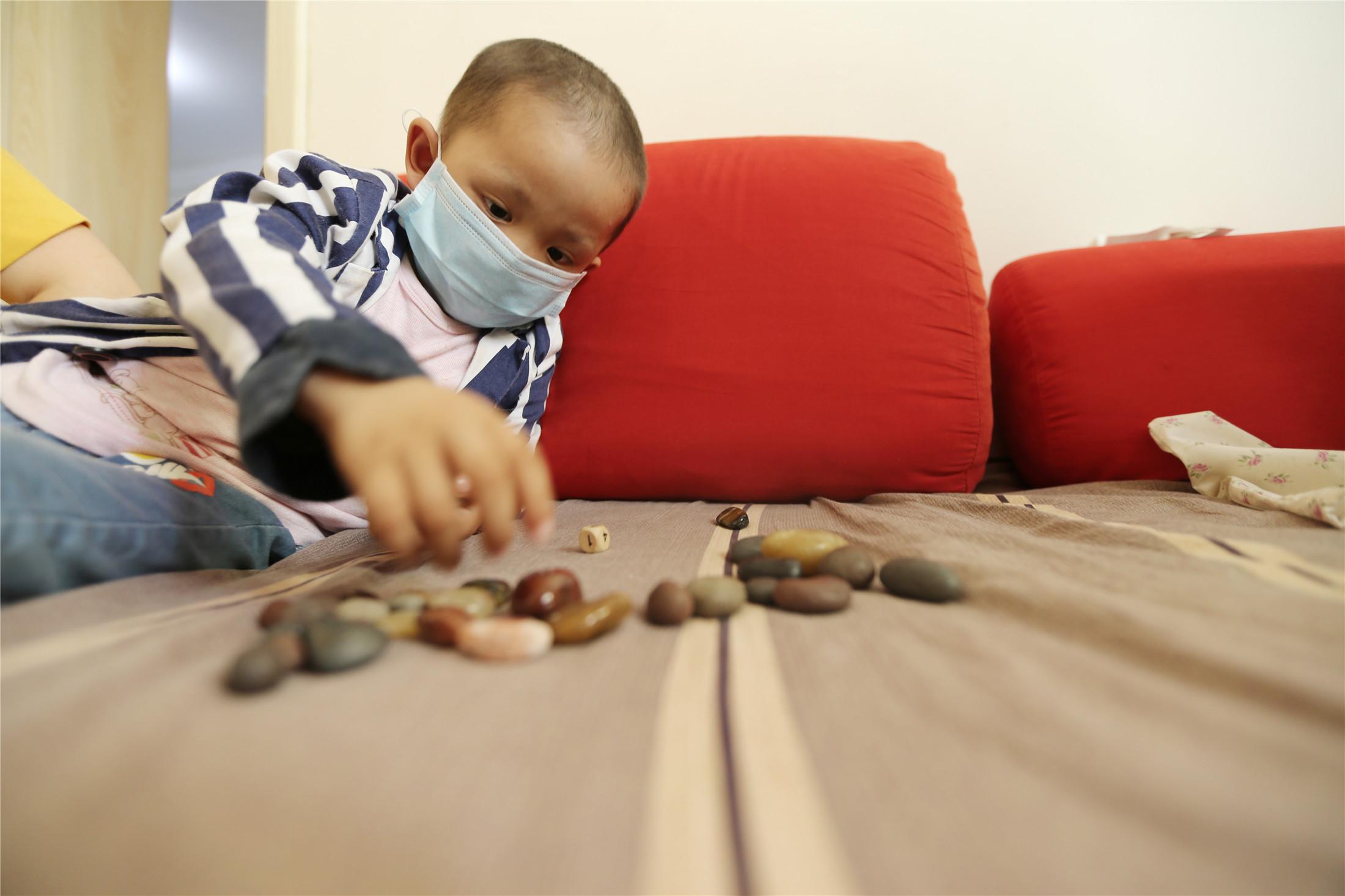 4岁男童患病智商100变50 学会说话第一件事要看识字书